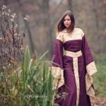 Mittelalterkleid in rot und gold; Foto von chiggo photography; Model: Simone Fladung
