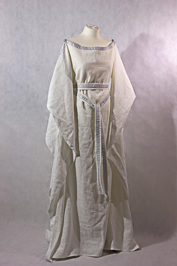 Mittelalterkleid Ceres aus weißem Leinen mit silberner Borte