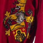 Mittelalterliche Schecke Friedrich nach Vorbildern der burgundischen Mode. Gestaltet als Mi-Parti in schwarz und rot mit großer Wappenstickerei