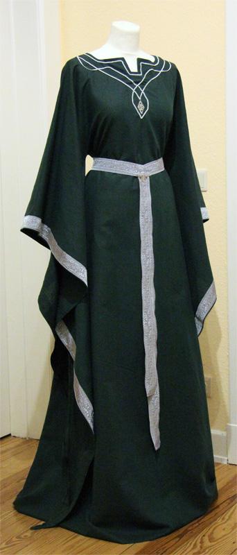 Elfenkleid Yavanna in dunkelgrün mit silbernen Verzierungen.