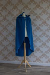 Rotkäppchen-Umhang aus blauer Wolle