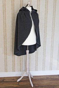 Rotkäppchen-Umhang aus grauer Wolle