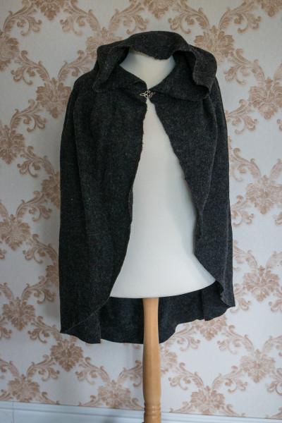 kurzer Umhang aus grauer Wolle