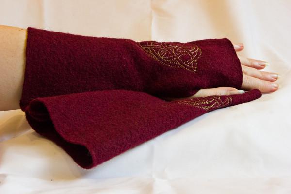 Armstulpen rot mit keltischem Muster
