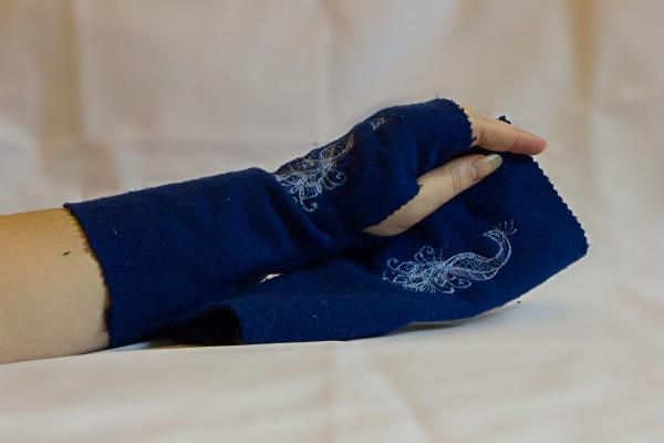 Armstulpen blau mit Pfauenmuster