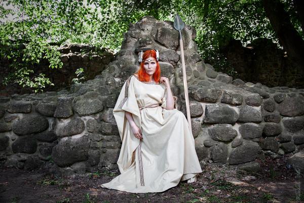 Ceres Mittelalterkleid aus Leinen mit Borte